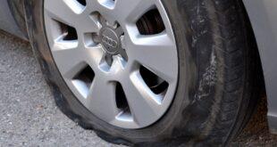 Une crevaison pneu sur une roue montée.