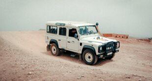 Le permis B au Maroc. Une voiture blanche sur la sable du desert.