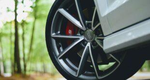 Quelle marque de pneus choisir ? Un pneu audi monté sur une voiture