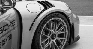 """Une voiture gris avec des pneus Michelin montés. On ne peut voir que la roue avant. Elle accompagne le post """" Différence entre le pneu Michelin et Goodyear """""""