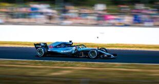 Pneu de Formule 1. Une voiture de compétition roule sur la piste.